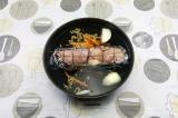 Шаг 8. Выложить рулет в глубокую посуду, влить воду, добавить специи и лук.