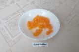 Шаг 4. Остальные дольки мандарина освободить от плёнок и мелко порезать.