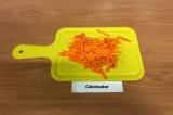 Шаг 4. Морковь нарезать соломкой.