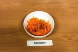 Шаг 5. Добавить в морковь уксус, масло и специи, перемешать, оставить на 15 мин.