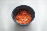 Шаг 4. В чашу от мультиварки налить масло, выложить лук и морковь, перемешать.