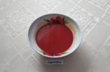 Шаг 6. В миске смешать воду, томатную пасту и соль, размешать до однородности.