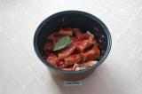 Шаг 7. Разведённую томатную пасту вылить в чашу, положить лавровый лист. Готовит