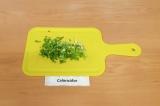 Шаг 7. Измельчить зеленый лук и чеснок.