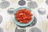 Шаг 2. Нарезать помидоры.