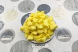 Шаг 2. Картофель очистить и крупно нарезать.