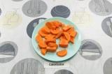 Шаг 3. Морковь нарезать крупными ломтиками.