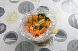 Шаг 6. В пакет для запекания, завязанный с одной стороны, выложить овощи и добав
