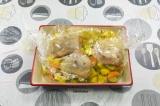 Шаг 8. Выложить курицу, завязать пакет и запечь при температуре 190 градусов 45