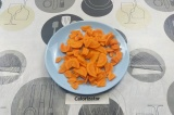 Шаг 3. Морковь нарезать пластинками.