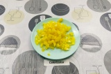 Шаг 4. Болгарский перец освободить от семян и плодоножки, нарезать.