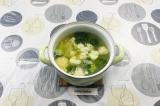 Шаг 5. В кипящий бульон выложить брокколи и цветную капусту. Накрыть крышкой