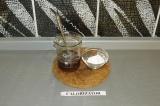 Шаг 4. Добавить крахмал в жидкую составляющую и перемешать. Залить тофу соусом