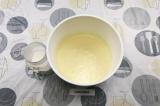 Шаг 4. Добавить оставшееся молоко и растительное масло. Еще раз все перемешать.