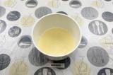 Шаг 4. Постепенно добавить муку к соку и яйцам, замешать тесто.