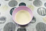 Шаг 2. Постепенно добавляя молоко, замесить блинное тесто.