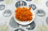 Шаг 1. Морковь натереть на крупной терке.