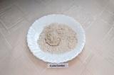 Шаг 4. В тарелку насыпать оставшуюся муку. Выложить ложкой массу и обвалять
