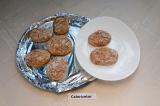 Шаг 6. Готовые сырники немного остудить и выложить на тарелку.