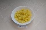 Шаг 4. Картошку помыть, почистить и нарезать кубиками. Промыть, чтобы ушёл лишни