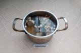 Шаг 5. В кастрюлю налить воды, положить овощи, рыбу, лавровый лист, посолить.