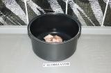 Шаг 1. Нарезанное мясо положить в чашу мультиварки и обжарить до румяной корочки