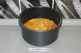 Шаг 6. Добавить чеснок, рис и воду. Поставить на режим плов/тушение на 1 час.