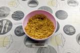 Шаг 5. Смешать печенье с растопленным маслом.