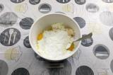 Шаг 7. Смешать сыр из ряженки со сметаной, яйцами, кукурузным крахмалом, сахарно