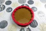 Шаг 6. Влить тесто в силиконовую форму.