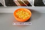 Шаг 4. Добавить на сковороде кукурузу и тушить в течение 5 минут.