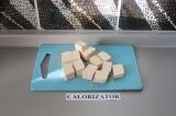 Шаг 1. Тофу нарезать кубиками.