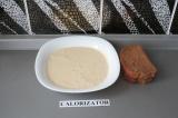 Шаг 3. Каждый кусочек хлеба обмакнуть в тофусмеси.
