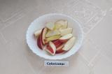 Шаг 4. Яблоко помыть, удалить сердцевину и нарезать тонкими ломтиками.