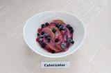 Готовое блюдо: творожный десерт с ягодами и яблоками