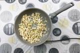 Шаг 6. Пассеровать грибы и лук на масле 5 минут.