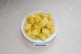 Шаг 2. Картофель помыть, почистить, нарезать средними кубиками, промыть холодной