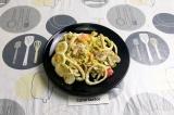 Готовое блюдо: овощной салат с кальмаром