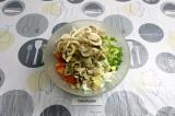 Шаг 8. Смешать все ингредиенты в салатнике, заправить йогуртом.