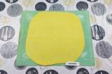Шаг 8. Тесто разделить на 2 части. Раскатать в тонкий просвечивающий пласт.