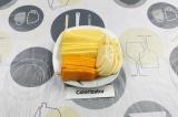 Шаг 1. Нарезать весь твердый сыр ломтиками.
