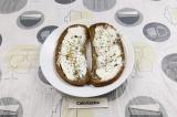 Шаг 3. Ломтики хлеба смазать творожным сыром и присыпать специями.