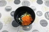 Шаг 5. В глубокий сотейник влить масло, выложить лук и морковь, пассеровать 5 м.