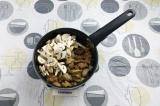 Шаг 7. Добавить грибы, тушить 10 минут.