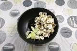 Шаг 6. В сковороду влить масло, выложить лук и грибы, пассеровать 5-7 минут.