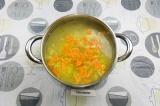 Шаг 9. Добавить фрикадельки с луком и морковью в суп. Варить 10 минут под крышко