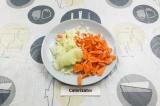 Шаг 4. Нарезать морковь и лук.