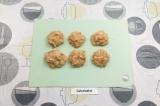 Шаг 5. К фаршу добавить специи, подсолить, вымешать и сформировать шарики.