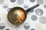 Шаг 6. В сковороду влить масло, добавить лук и морковь, пассеровать 3 минуты.