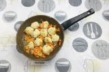 Шаг 8. К луку и моркови добавить фрикадельки и обжарить до полу-готовности